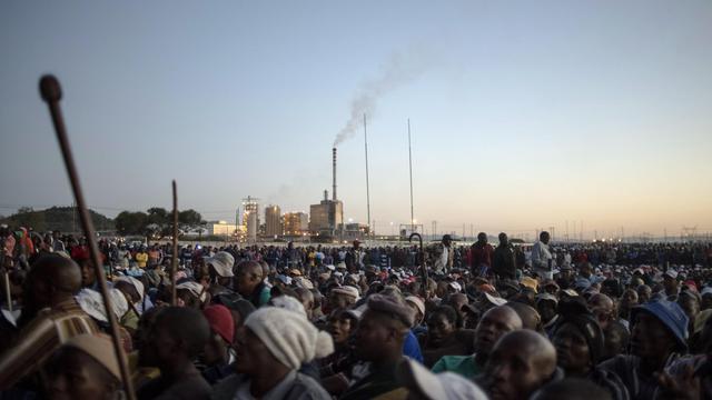 Rassemblement de mineurs de platine en grève au stade Wonderkop de Marikana, en Afrique du Sud, le 12 juin 2014 [Muhajid Safodien / AFP]