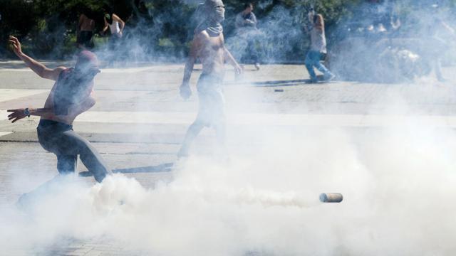 Des Albanais du Kosovo affrontent les forces de l'ordre lors d'une manifestation à Mitrovica le 22 juin 2014 [Armend Nimani / AFP]