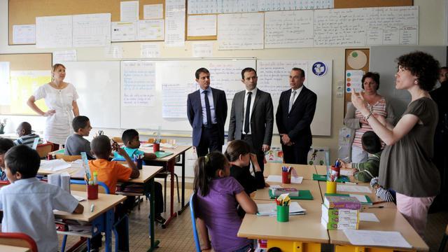 Le Premier ministre français Manuel Valls, le ministre de l'Education Benoit Hamon et le maire de Blois Marc Gricourt, durant une visite de classe à Blois, le 23 juin 2014 [Guillaume Souvant / AFP/Archives]