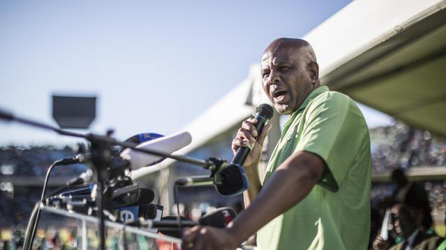 Le leader syndical à l'origine de la grève des mines de platine, Joseph Mathunjwa, annonce la fin du mouvement le 23 juin 2014, à Rustenburg, à 200 km au nord-ouest de Johannesburg [Marco Longari / AFP]