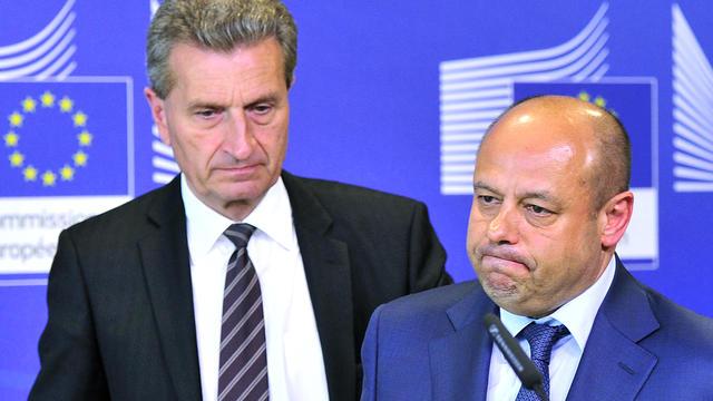 Le Commissaire européen à l'Energie Gunther Oettinger (g) et le ministre ukrainien de l'Energie Youri Prodan (d) lors d'une conférence de presse commune à Bruxelles le 25 juin 2014 [Georges Gobet / AFP]