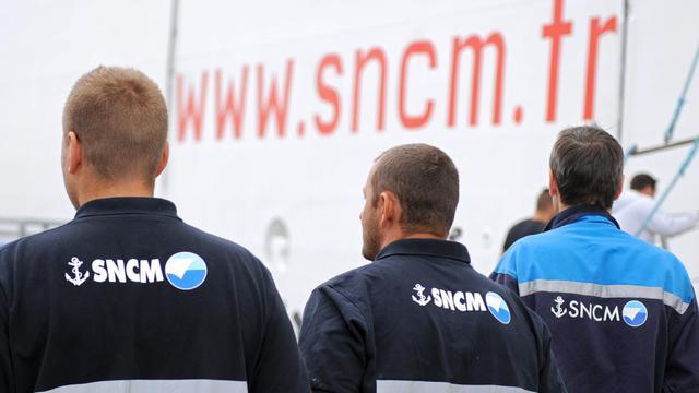 """Des employés de la SNCM attendent de monter sur le ferry """"Danielle Casanova"""" pour une assemblée générale, le 10 juillet 2014 [Boris Horvat / AFP]"""