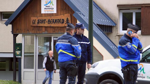 Gendarmes devant le chalet Saint-Bernard à Ascou, dans l'Ariège, le 10 juillet 2014, après la mort d'un garçon de 8 ans, victime d'une intoxication alimentaire [Raymond Roig / AFP/Archives]