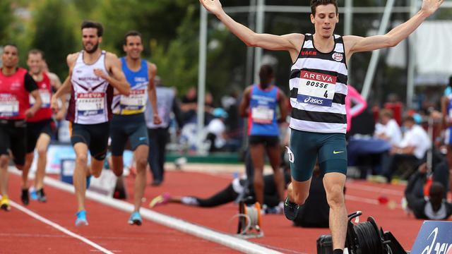 Pierre-Ambroise Bosse (d) s'impose sur 800 m aux Championnats de France d'athlétisme à Reims, le 13 juillet 2014 [ / AFP/Archives]