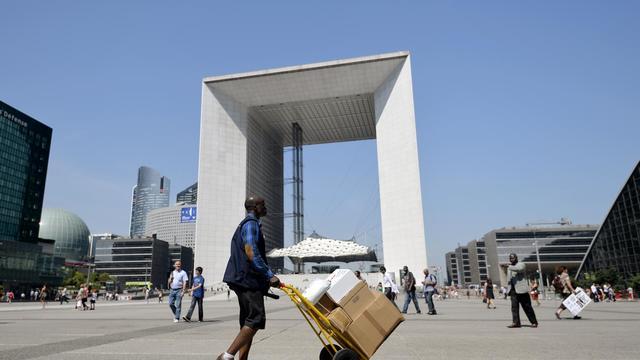 Devant l'Arche de La Défense, près de Paris, le 17 juillet 2014 [Miguel Medina / AFP]