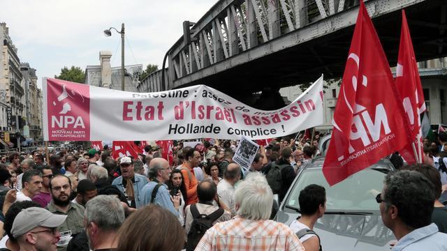 Des manifestants du Nouveau parti anticapitaliste (NPA) protestent contre les frappes israéliennes à Gaza lors d'un rassemblement interdit, le 19 juillet 2014 à Paris [Jacques Demarthon / AFP/Archives]