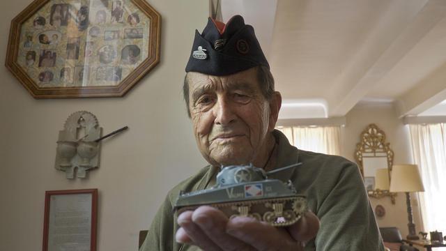 Le vétéran lieutenant-colonel Jean-Pierre Sorensen, 93 ans, pose à Aix-en-Provence le 18 juillet 2014 [Boris Horvat / AFP]