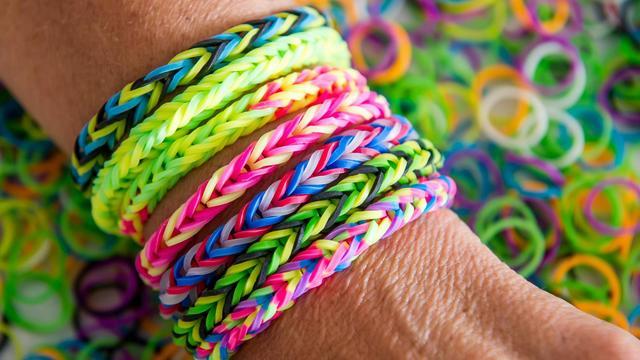 meilleure vente couleurs et frappant bas prix Les bracelets élastiques Rainbow Loom font un tabac en ...