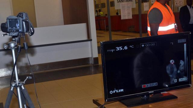 Contrôle pour détecter les passagers qui pourraient être infectés par le virus Ebola, le 22 juillet 2014 dans l'aéroport de Conakry, en Guinée  [Cellou Binani / AFP]