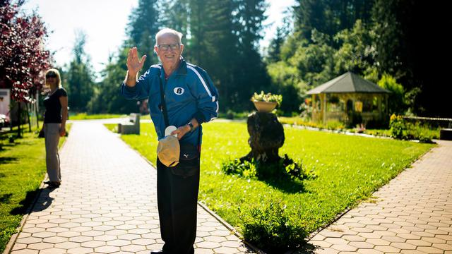 Miquel Ribas, un espagnol de 82 ans, quitte la maison de retraite de Topolsica dans le nord de la Slovénie, le 24 juillet 2014 [Jure Makovec / AFP]