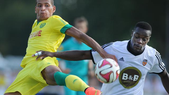 Yacine Bammou (gauche) contre le défenseur de Lorient Kone Lamine lors d'un mtch amical le 26 juillet 2014  [Jean-Sébastien Evrard / AFP]