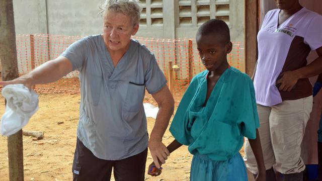 Une jeune garçon dont la mère est morte du virus Ebola sort de quarantaine après son traitement, à l'hôpital Elwa de Monrovia, le 27 juillet 2014 [Zoom Dosso / AFP/Archives]