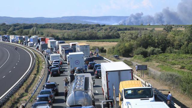 Des automobilistes bloqués sur l'autoroute A9 à cause d'un incendie à Peyriac-de-Mer, près de Narbonne, le 30 juillet 2014 [Raymond Roig / AFP/Archives]