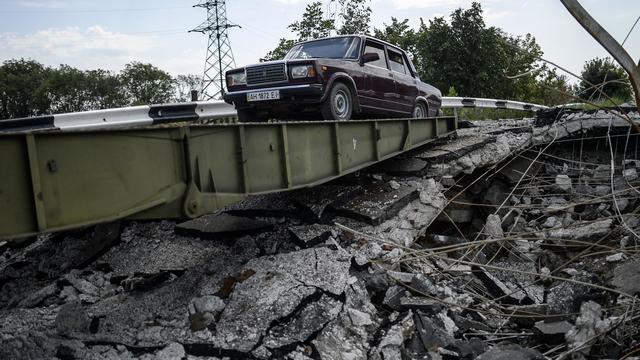 Un pont détruit le 31 juillet 2014 à Debaltseve dans la région de Donetsk [Bulent Kilic / AFP]
