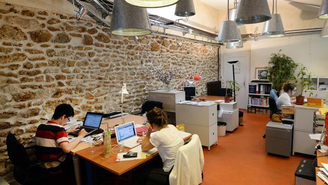 De jeunes entrepreneurs travaillent à La Ruche, le 31 juillet 2014 à Paris [PIERRE ANDRIEU / AFP]