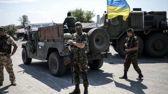 Des policiers ukrainiens à un point de contrôle le 31 juillet 2014 à Debaltseve dans la région de Donetsk [Bulent Kilic / AFP]