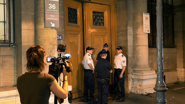Des journalistes le 31 juillet 2014 devant le 36 Quai des Orfèvres, siège de la police judiciaire parisienne [Pierre Andrieu / AFP]