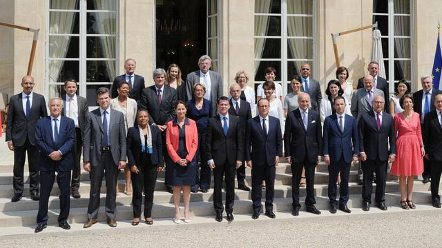 Photo des membres du gouvernement français autour du Président François Hollande et du Premier ministre Manuel Valls, le 1er aout 2014 [Dominique Faget / AFP/Archives]