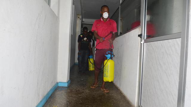 Un employé désinfècte un bureau à Monrovia au Libéria contre la fièvre Ebola le 1er août 2014 [ZOOM DOSSO / AFP/Archives]