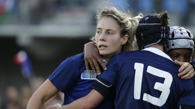 La centre Marjorie Mayans (g) et ses partenaires se congratulent après un essai inscrit contre le pays de Galles, lors de leur premier match de Coupe du monde, à Marcoussis, le 1er août 2014  [Kenzo Tribouillard / AFP]