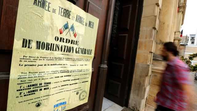 Une réplique de l'affiche d'août 1914 appelant à,la mobilisation générale, placardée à l'entrée de l'hôtel de ville de Reims, le 2 août 2014 [François Nascimbeni / AFP]