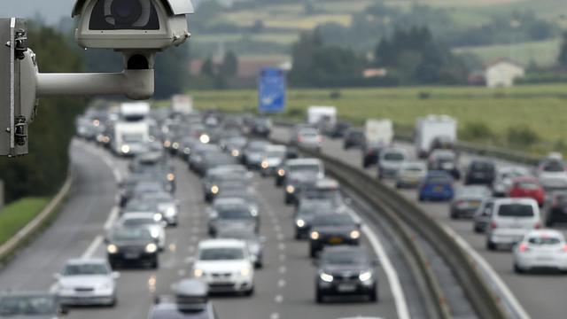 Une caméra de surveillance filme la circulation très dense sur l'A7 au péage de Vienne (Isère), le 2 août 2014 [Philippe Desmazes / AFP]