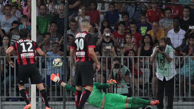 L'attaquant argentin de Nice Dario Cvitanich inscrit un penalty contre le FC Barcelone en match amical, le 2 août 2014 à l'Allianz Riviera [Jean-Christophe Magnenet  / AFP]