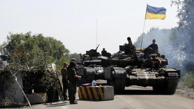 Des soldats ukrainiens tiennent un barrage routier près de Debaltseve, dans la région de Donetsk, le 3 août 2014 [Anatolii Stepanov / AFP]