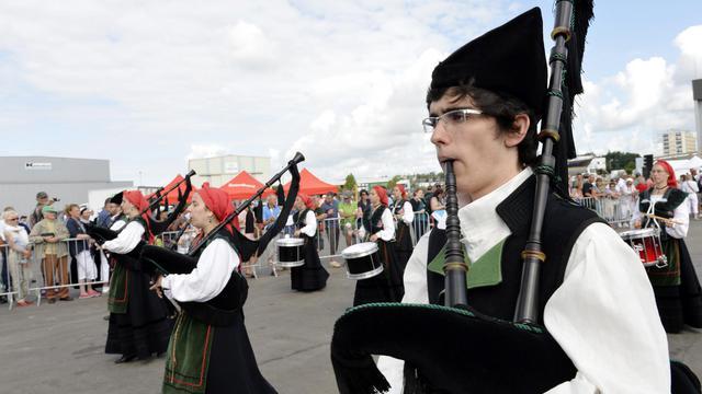 Des joueurs de cornemuse participent à la grande parade des nations celtes, temps fort du Festival interceltique de Lorient, le 3 août 2014 [Miguel Medina  / AFP]