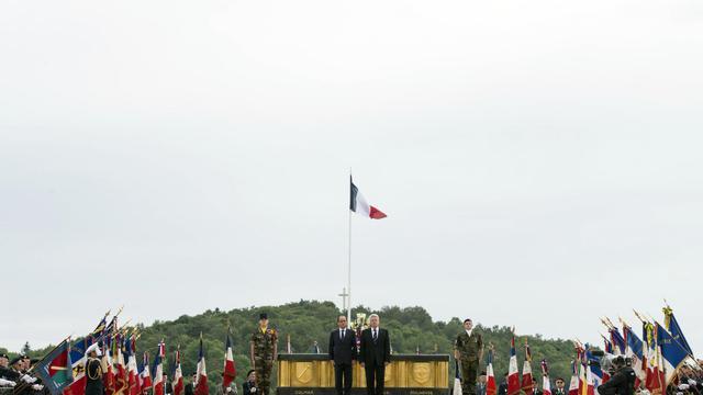 Le président français François Hollande et son homologue allemand Joachim Gauck commémorent le 100e anniversaire de la Première guerre mondiale au monument du Hartmannswillerkopf, à Wattwiller, le 3 août 2014 [Fred Dufour / AFP]