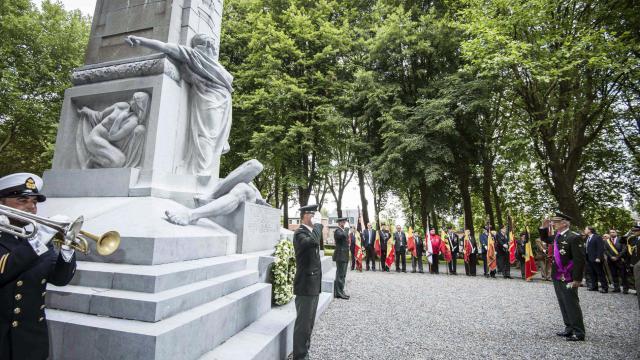 Le roi des Belges Philippe (d) lors d'une précédente commémoration du 100e anniversaire de l'invasion de la Belgique, le 3 août 2014 au fort de Loncin, à Ans, près de Liège [Nicolas Lambert / Belga/AFP]