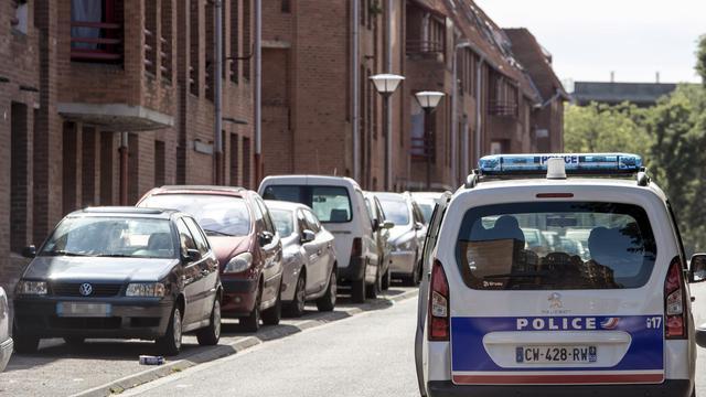 Une voiture de police patrouille, le 4 août 2014, dans le quartier de Roubaix (Nord) où un homme a été tué la veille [Philippe Huguen / AFP]
