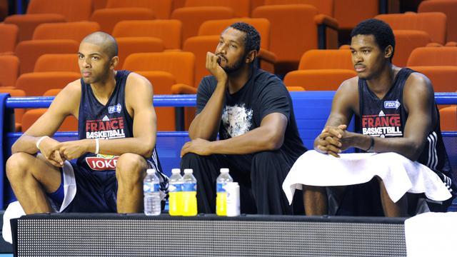 L'ailier de l'équipe de France Nicolas Batum (g) et son capitaine Boris Diaw (c) ainsi que Mickael Gelabale en stage de préparation à la Coupe du monde de basket, le 4 août 2014 à Pau [ / AFP/Archives]