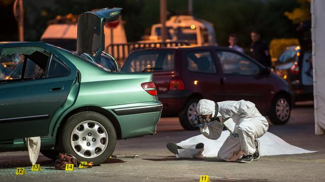 La police examine les lieux de la tuerie à Grande-Synthe (nord, près de Dunkerque) où un homme a tiré sur son ex-compagne et les deux parents de celle-ci dans une voiture, le 4 août 2014 [Philippe Huguen / AFP]