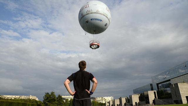 Le Ballon d'Airparif au parc André Citroën, le 4 août 2014 à Paris [Bertrand Guay / AFP]