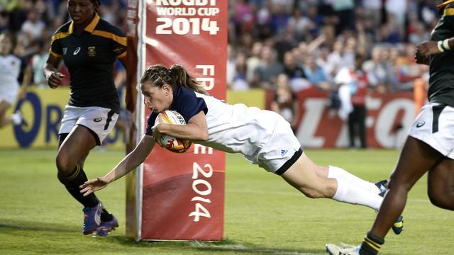 La Française Christelle Le Duff inscrit un essai contre l'Afrique du Sud, lors du Mondial de rugby féminin, le 5 août 2014 à Marcoussis [Stéphane de Sakutin / AFP]