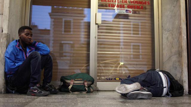 Des migrants se reposent dans la gare de Vintimille en Italie le 6 aout 2013, juste avant de passer la frontière pour aller en France  [Jean-Christophe Magnenet / AFP/Archives]