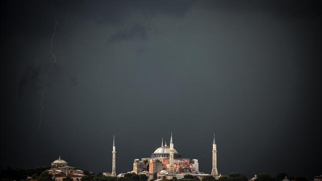 De sombres nuages s'amonscellent dans le ciel d'Istanbul annonçant un violent orage, le 7 août 2014 [Bulent Kilic / AFP]