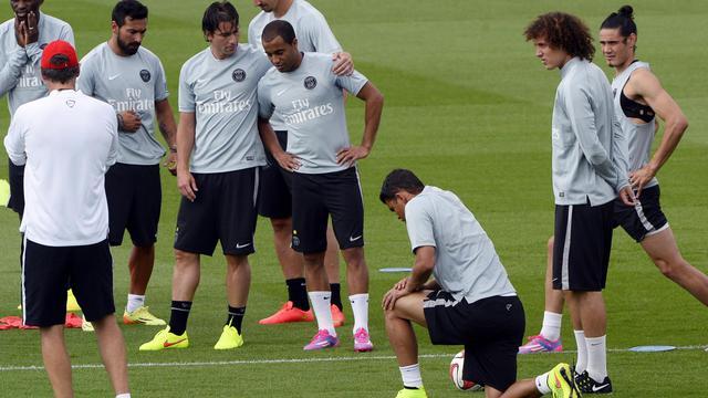 L'entraîneur du PSG Laurent Blanc (deuxième à droite) parle à ses joueurs le 7 août 2014 lors d'une séance d'entrainement à Saint-Germain-en-Laye [Bertrand Guay / AFP]