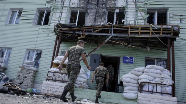 Des gardes-frontières ukrainiens regagnent leur caserne au poste frontière de Milove, dans la région de Lougansk, le 8 août 2014 [Anatolii Stepanov / AFP]