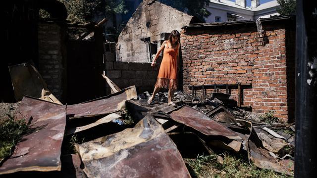 Femme au milieu de décombres à Donetsk, le 9 août 2014 [Dimitar Dilkoff / AFP]