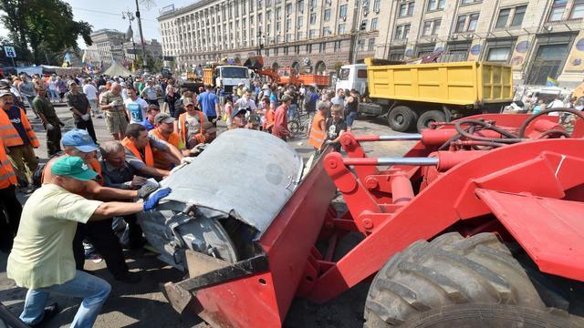 Des Ukrainiens démontent des barricades installées place Maïdan à Kiev, le 9 août 2014 [Sergei Supinsky / AFP]