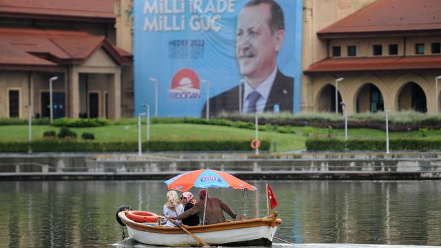 Une affiche électorale de Recip Tayep Erdogan sur la corne d'or à Istanbul, samedi 9 août 2014, à la veille de l'élection présidentielle dont il fait figure d'archi favori [Ozan Kose / AFP]