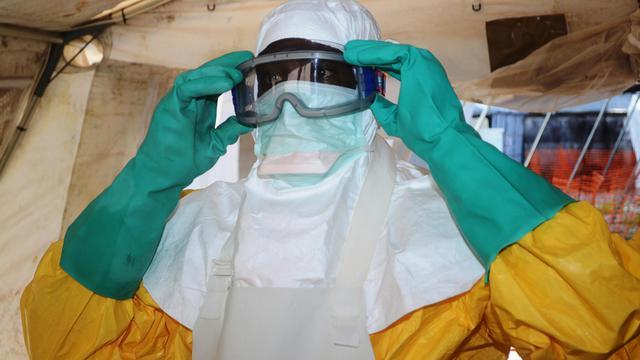 Un membre de Médecins sans Frontières s'équipe d'une protection contre le virus Ebola à l'hôpital de Conakry, le 28 juin 2014 [Cellou Binani / AFP]