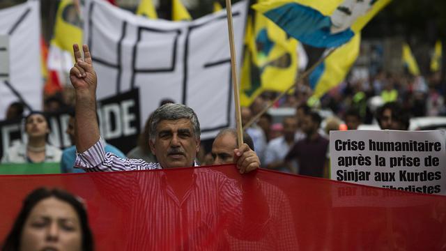 """Des manifestants à Paris à l'appel d'associations kurdes pour dénoncer les """"massacres"""" commis par l'Etat islamique (EI) au Kurdistan irakien, le 9 août 2014  [Joel Saget / AFP]"""