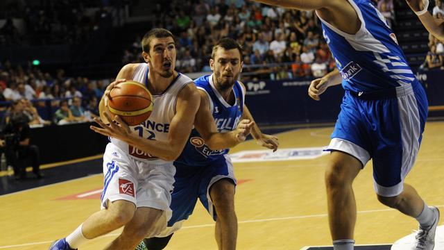 Le Français Nando De Colo (en blanc) face à la Grèce, le 9 août 2014 à Pau [Gaizka Iroz / AFP]