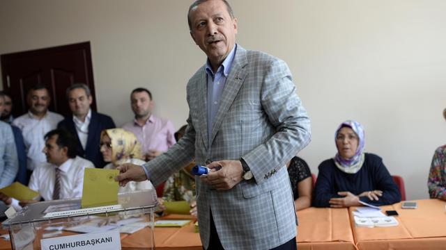 Recep Tayyip Erdogan dans son bureau de vote dimanche 10 aout 2014 à Istanbul [Bulent Kilic / AFP]