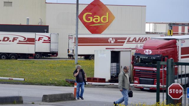 Deux employés quittent l'abattoir Gad de Josselin le 11 août 2014 [Miguel Medina / AFP]