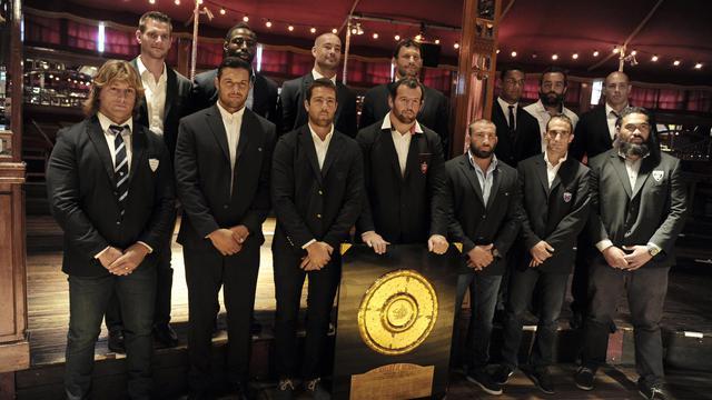 Les capitaines des équipes de Top 14 posent avec le Bouclier de Brennus lors de la présentation de la saison 2014-2015, le 11 août 2014 à Paris [Dominique Faget / AFP/Archives]