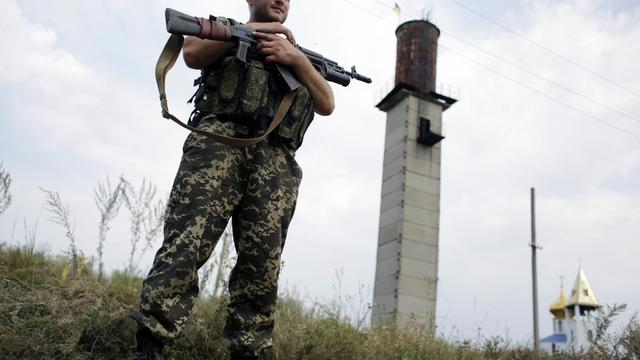 Un soldat ukrainien à un point de contrôle près de Donetsk dans l'est de l'Ukraine, le 11 aout 2014 [Anatolii Stepanov / AFP]